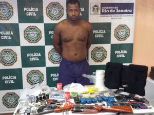 Suspeito e mercadorias roubadas foram apresentados na delegacia (Foto: Divulgação / Polícia Civil)