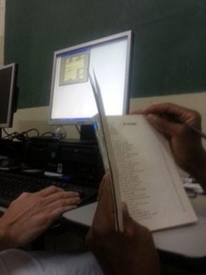 Detentos catalogam livros de biblioteca da Penitenciária do Distrito Federal I  (Foto: Raquel Morais/G1)