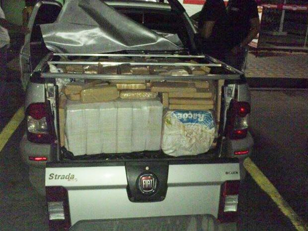 Droga foi encontrada em uma caminhonete em Bom Despacho (Foto: Polícia Rodoviária Federal/Divulgação)