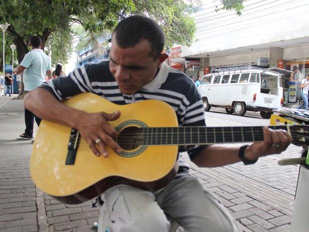 Raimundo Nonato aprendeu a tocar sozinho aos 10 anos (Foto: Catarina Costa / G1)