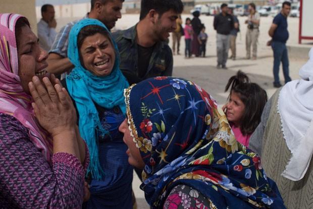 Mulheres choram na cidade de Kobane, destruída pela guerra síria (Foto: Gabriel Chaim/G1)