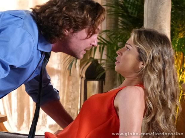 Alberto avisa que não vai deixar Ester e Cassiano em paz  (Foto: Flor do Caribe / TV Globo)