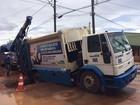 Caminhão de coleta de lixo fica preso em buraco de Uberlândia