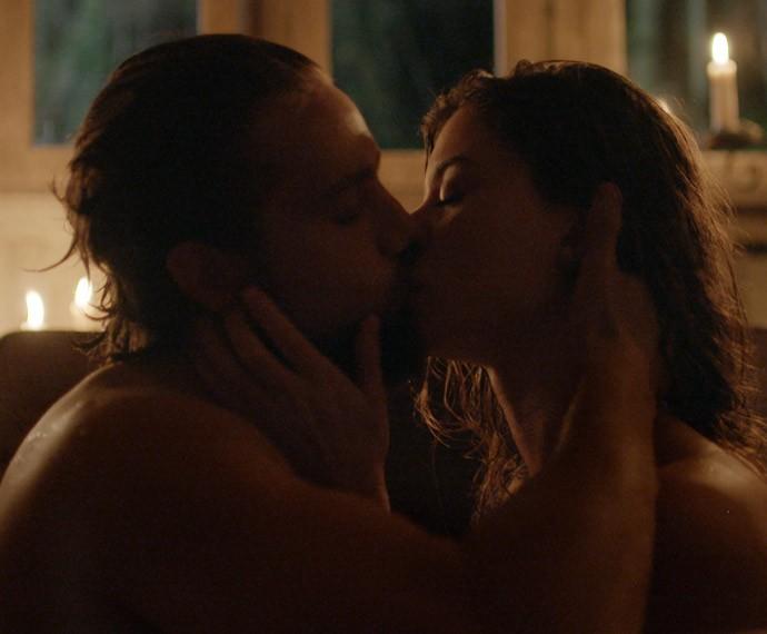 Lívia e Felipe passam a noite juntos em tapera (Foto: TV Globo)