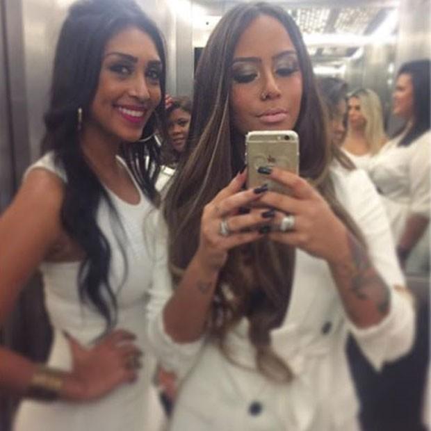 Ex-BBB Amanda e Rafaella Santos posam para selfie em elevador (Foto: Instagram/ Reprodução)
