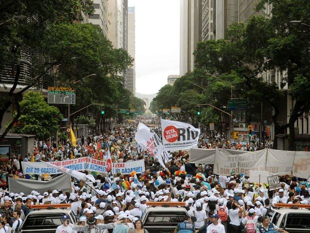 Manifestantes tomam o Centro do Rio no protesto contra mudança na lei dos royalties (Foto: Alexandre Durão/G1)
