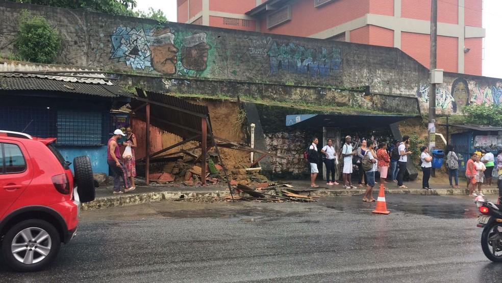 Muro cede em Cajazeiras 5, em Salvador (Foto: Andrea Silva/TV Bahia)