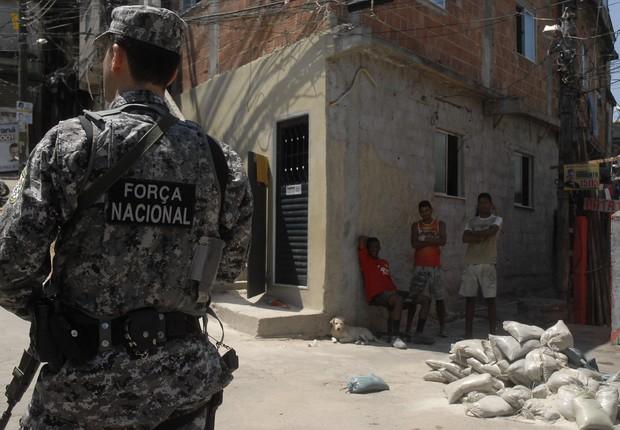 Soldado da Força Nacional patrulha ruas de comunidade no Rio de Janeiro (Foto: Fernando Frazão/Agência Brasil)
