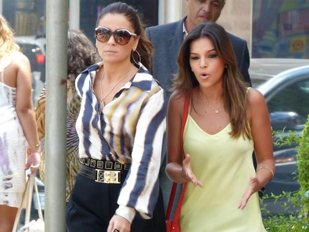 Helô e Drika tentam ir ao encontro de Pepeu (Foto: Salve Jorge/TV Globo)
