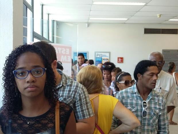 Larissa Maria precisa sacar o FGTS, na agência da Caixa, em Olinda (Foto: Artur Ferraz/G1)