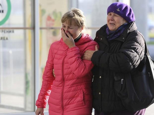 Mulheres choram ao entrar no aeroporto de Pulkovo, em São Petersburgo, onde chegaria o avião que caiu neste sabado (31) no Sinai (Foto: REUTERS/Peter Kovalev)
