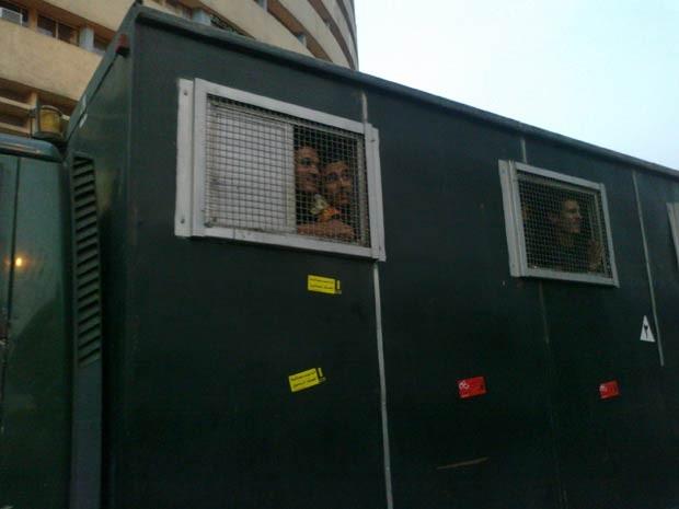 Caminhão da polícia com a inscrição 'não aos julgamentos militares' no Cairo (Foto: Aldo Sauda/G1)
