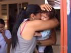 Mãe se desespera ao achar que bebê foi levado em roubo de carro; vídeo