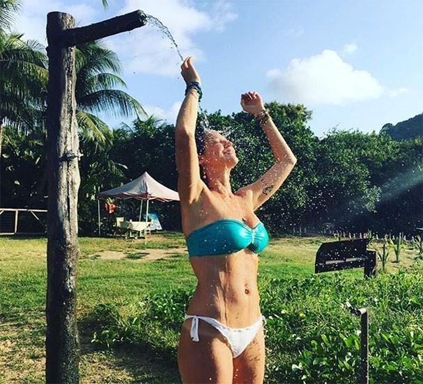 Luana Piovani se refresca em Fernando de Noronha (Foto: Reprodução/Instagram)