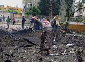 Mulher chora na cena de uma das explosões ocorridas na Turquia. No total, elas mataram pelo menos 18 pessoas na cidade de Reyhanli, próximo à fronteira da Turquia com a Síria, neste sábado (11)  (Foto: AP Photo/Anadolu Agency, Cem Genco)