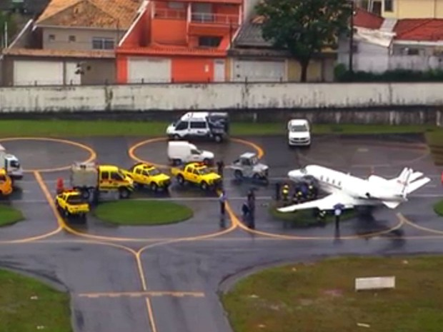 aeroporto - [Brasil] Avião invade gramado e atola no Aeroporto de Congonhas, em SP Aviao