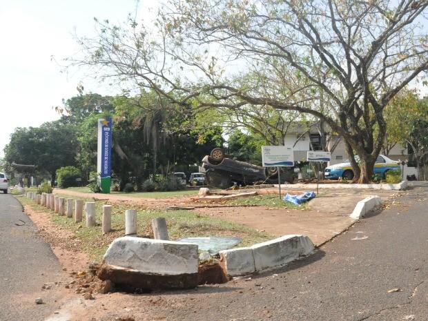 Carro bateu em meios-fios e parou no gramado da repartição estadual (Foto: Nadyenka Castro/G1 MS)