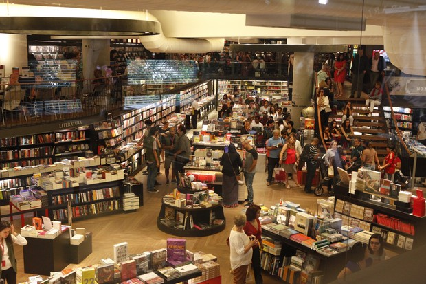 Admiradores fazem fila na livraria no lançamento da biogarafia do padre Fábio de Melo  (Foto: Anderson Barros / EGO)