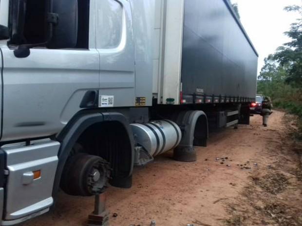Motorista foi abordado e todos os pneus do veículo foram roubados (Foto: Divulgação: Polícia Civil)