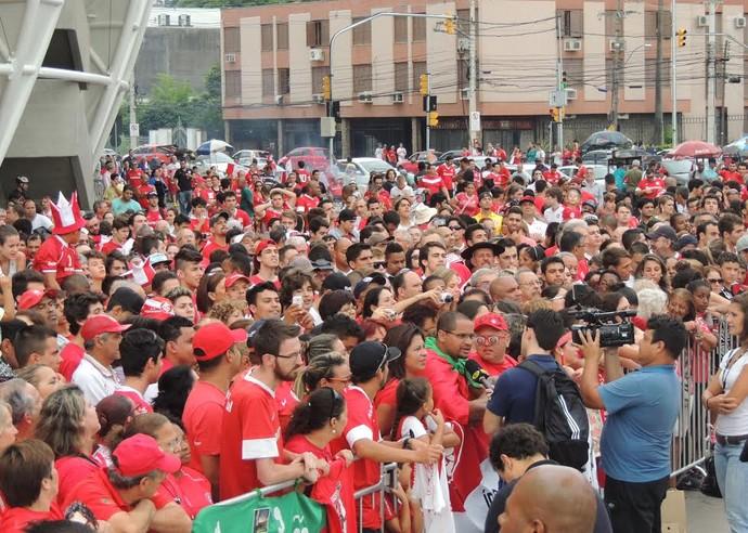Multidão de colorados acompanha a inauguração da estátua (Foto: Tomás Hammes/GloboEsporte.com)