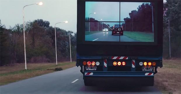 Caminhão 'transparente' acaba com ponto cego que motoristas enfrentam em estradas