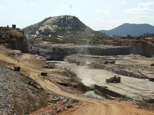 Obras de construção da barragem de Oiticica, em Jucurutu, deveriam ter sido concluídas em junho deste ano (Foto: Anderson Barbosa/G1)