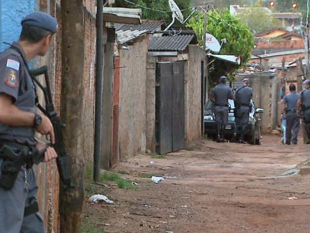 Policiais civis e militares cumprem mandados de prisão na favela do Simioni, em Ribeirão Preto (Foto: Reprodução/EPTV)