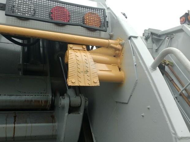 Emborrachamento em haste de caminhão do SLU (Foto: Elielton Lopes/G1)