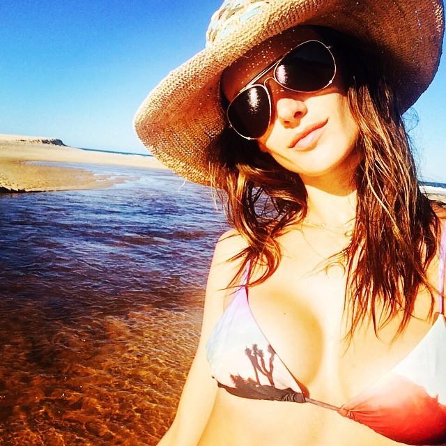 Na Bahia, Alessandra Ambrosio exibe boa forma em dia de praia