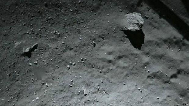 Esta imagem foi feita pelo robô Philae em sua aproximação do cometa  (Foto: Agência Espacial Europeia)