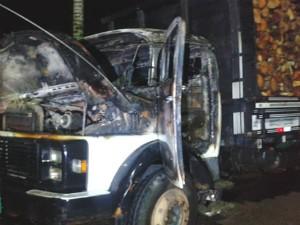 Caminhão foi incendiado em Guaramirim (Foto: 14º BPM/Divulgação)