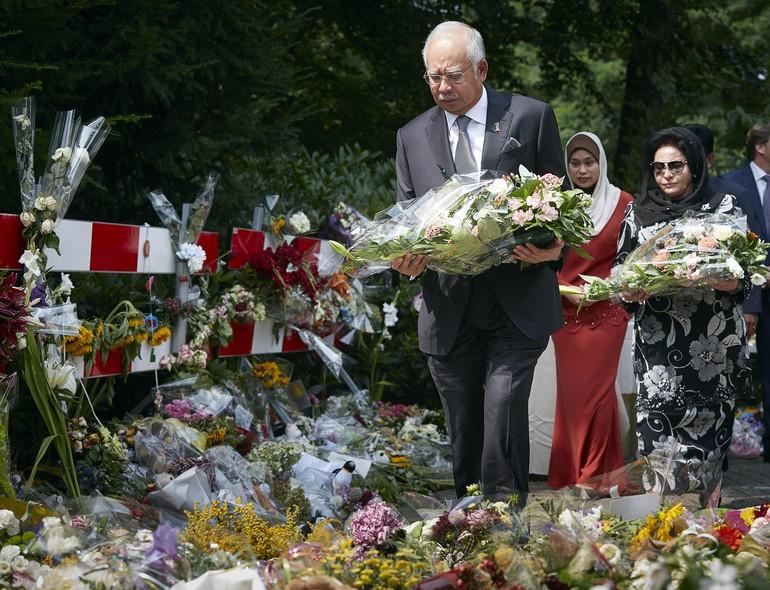 O primeiro-ministro da Malásia, Najib Razak, deixa flores em memorial em homenagem às vítimas do voo MH17 da Malaysia Airlines em Hilversum, Holanda