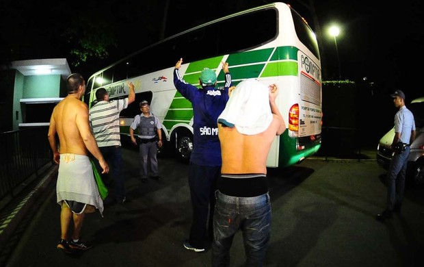 Torcida do Palmeiras na volta do time (Foto: Marcos Ribolli / Globoesporte.com)