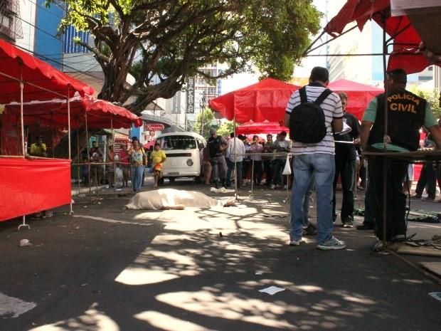 Elgo Jobel foi morto com cinco tiros na feira da Eduardo Ribeiro (Foto: Mônica Dias/G1)