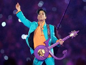 Prince se apresenta durante o show do intervalo do Super Bowl XLI no Dolphin Stadium, em Miami, em fevereiro de 2007 (Foto: Chris O'Meara/AP/Arquivo)