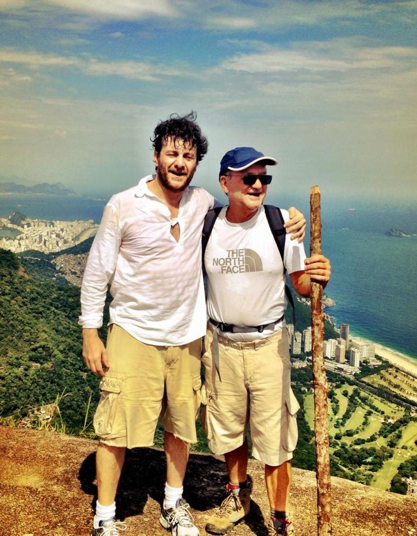 Marcílio Moraes (à direita) com o ator Roberto Brindelli na Pedra Bonita, na Gávea  (Foto: Divulgação)