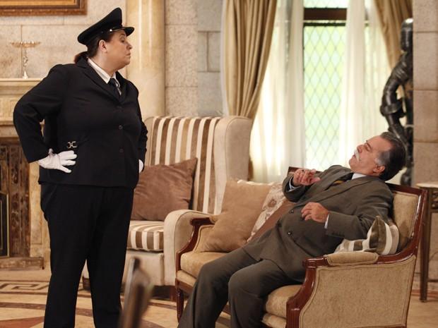 Otávio leva o maior susto quando Lucila aparece (Foto: Guerra dos Sexos/TV Globo)
