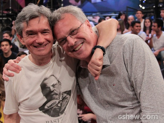 Pedro Bial posa para fotos com o apresentador Serginho Groisman (Foto: TV Globo/Altas Horas)
