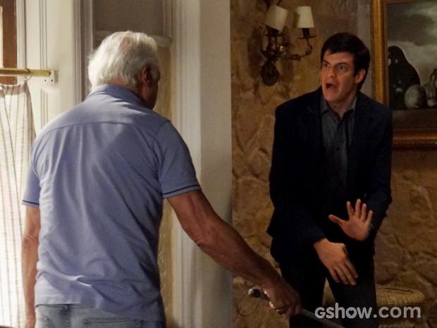 César bate em Félix e o expulsa da mansão (Foto: Amor à Vida/TV Globo)