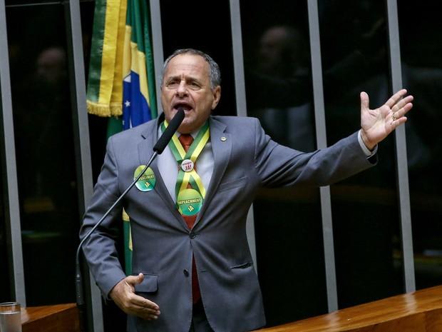16/04 - O deputado Carlos Manato (Solidariedade/ES) discursa durante sessão que discute o processo de impeachment da presidente Dilma Rousseff no plenário da Câmara, em Brasília (Foto: Wilson Dias/Agência Brasil)