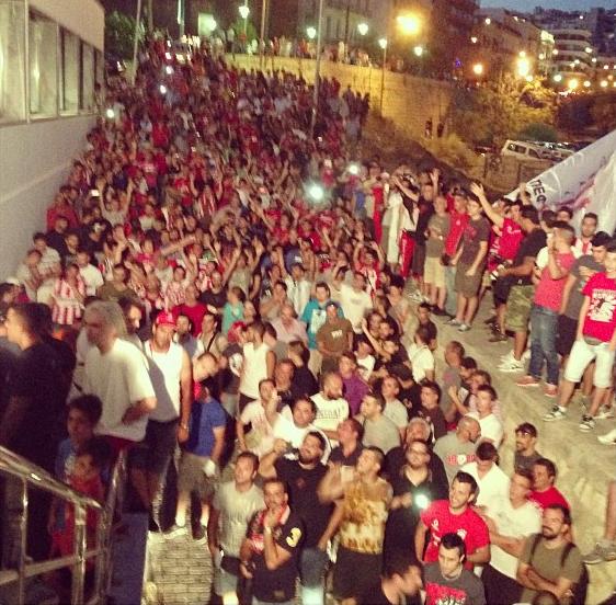 Torcida do Olympiacos para receber Saviola (Foto: Reprodução / Instagram)