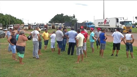 Caminhoneiros bloqueiam pontos de duas rodovias em Mato Grosso