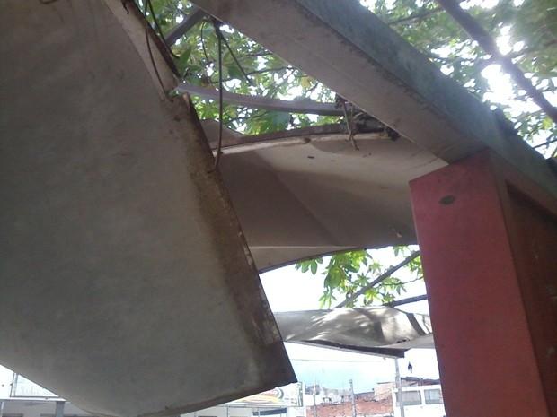 Ponto de ônibus foi destelhado pela força do temporal em Tatuí (Foto: Arquivo Pessoal/Cláudio Silva)