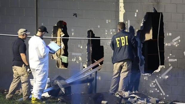 Agentes do FBI investigam o local do ataque para compreender como tudo aconteceu  (Foto: Joe Raedle)