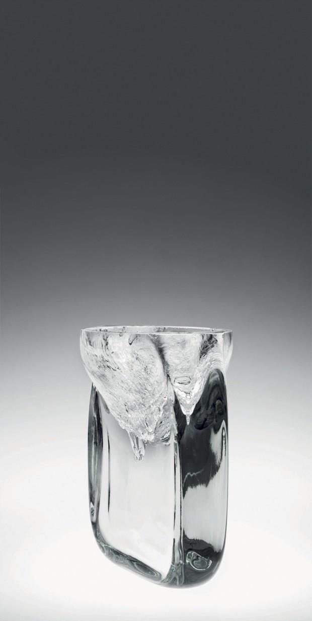 Jacqueline Terpins com o seu Vaso Mergulho II, de cristal soprado (Foto: Divulgação)