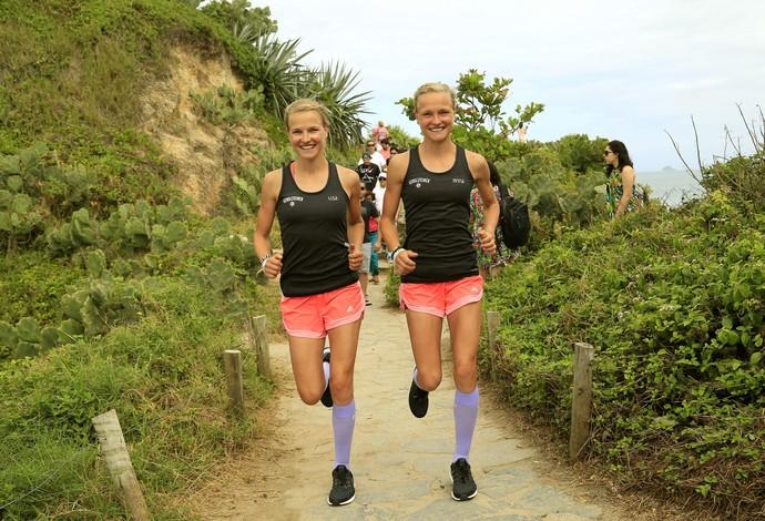 Lisa e Anna correm em trilha do Arpoador antes da Maratona do Rio (Foto: Marcelo de Jesus)