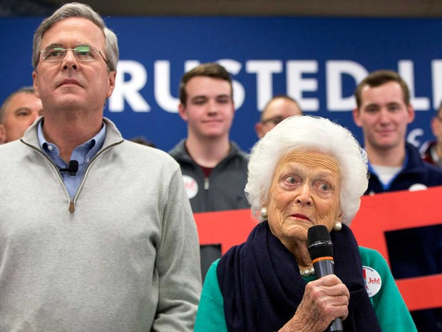 Jeb Bush e sua mãe, a ex-primeira dama dos EUA Barbara Bush (Foto: Jacquelyn Martin / AP Photo)