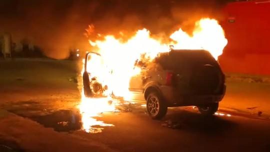 Carro tem pane elétrica e incendeia em rua do Ouro Preto, em Maceió