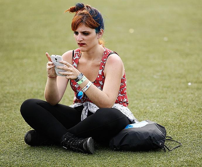 Hora de ver as mensagens e atualizar as redes sociais (Foto: Fábio Rocha/Gshow)