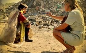 Carminha volta ao lixão para buscar Batata, seu filho com Max